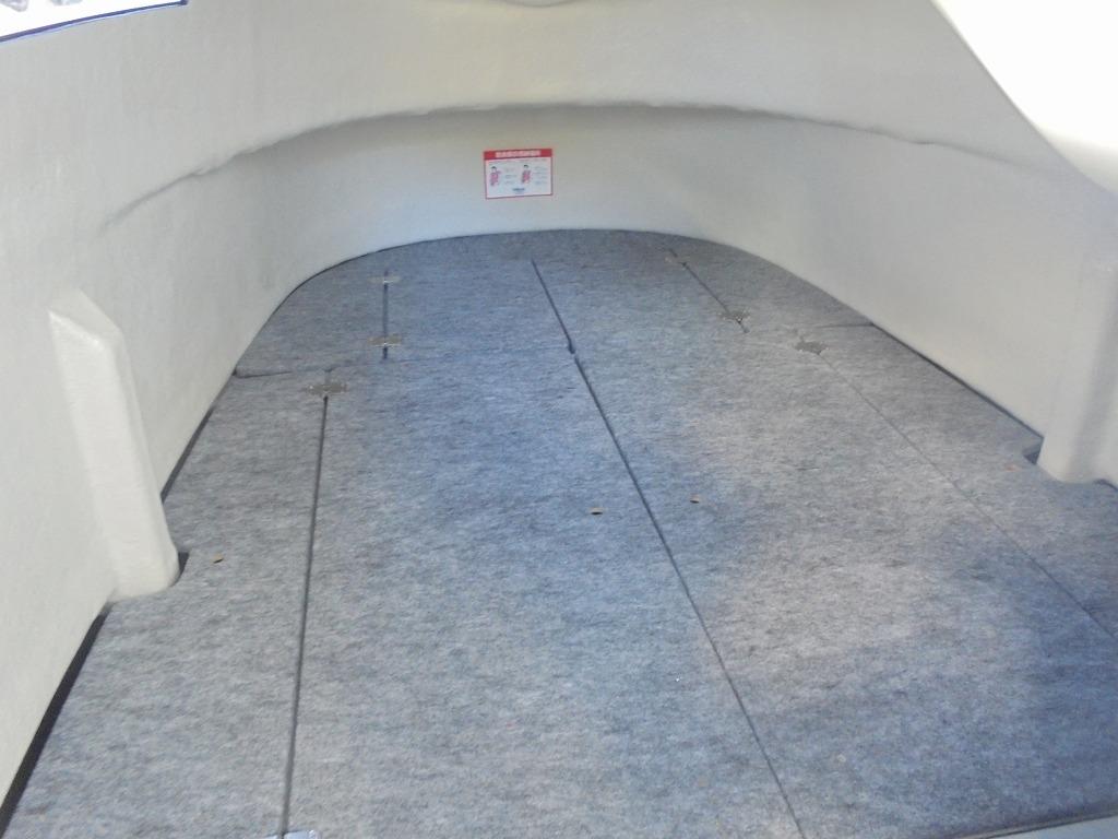 カディフロアと燃料タンク上物入れフロアを取り付けることで十分な収納スペースを確保しました